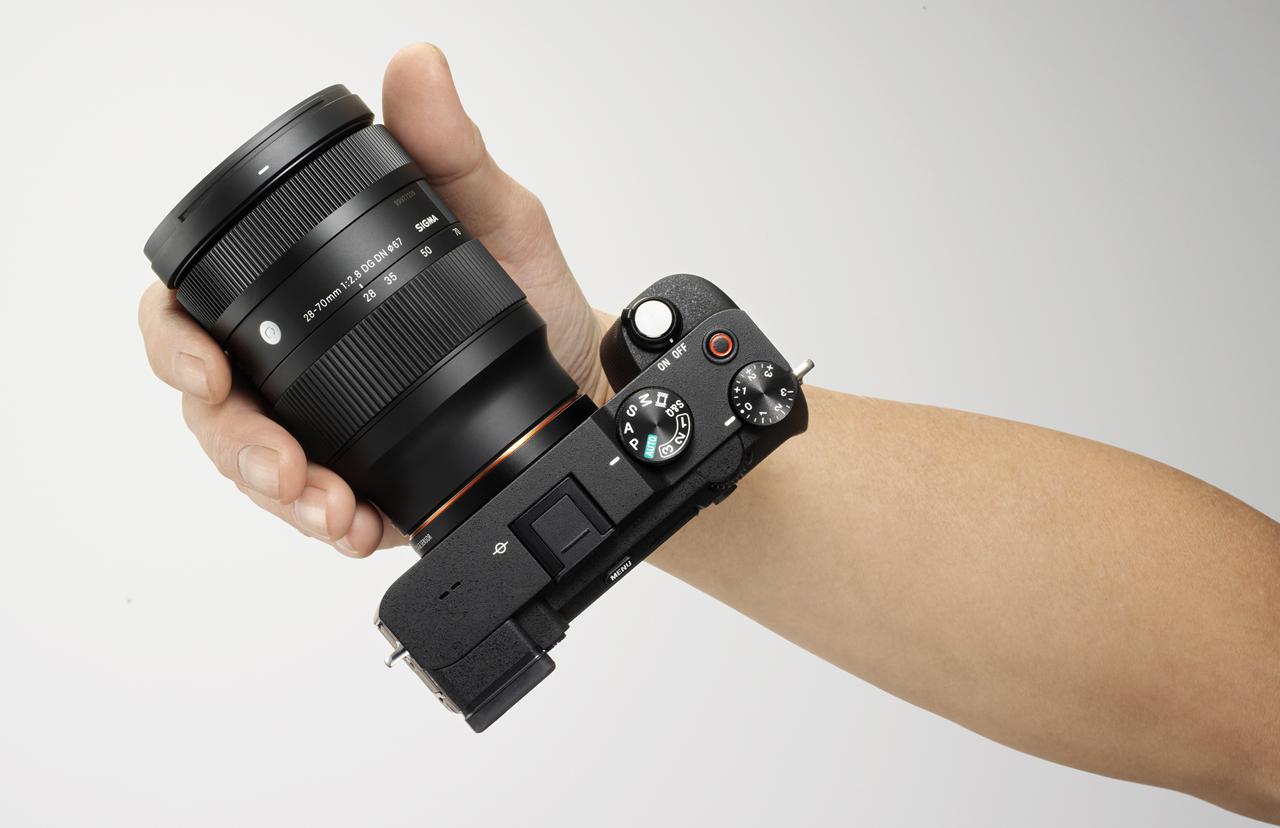 Sigma 28-70mm ƒ/2.8 DG DN Contemporany in hands
