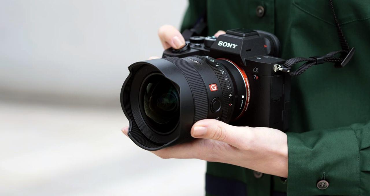 Sony FE 14mm ƒ/1.8 GM in hands 1